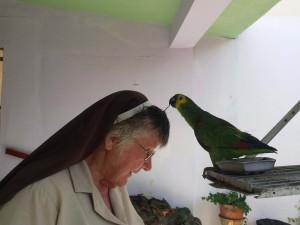 Zuster Redempta thuis met haar papegaai