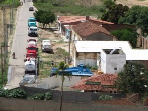 Tankwagens worden gevuld met drinkwater om bij de mensen thuis te brengen