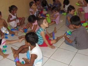 kindjes met hun nieuwe speelgoed